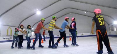 La pista tiene una dimensión 450 metros cuadrados y con capacidad de 200 personas patinando.