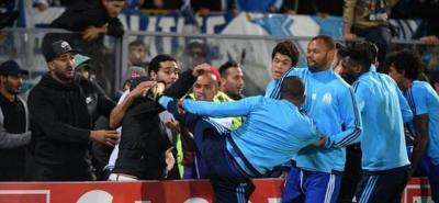 Evra podría ser despedido del Olympique por patear a un aficionado