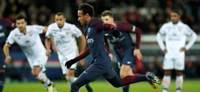 Neymar fue silbado por no dejar patear un penal a Cavani