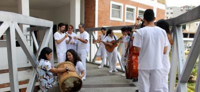 Integrantes del Semillero de investigación HIGIA junto al grupo musical Laguna Brava. Foto tomada por John Álvarez.