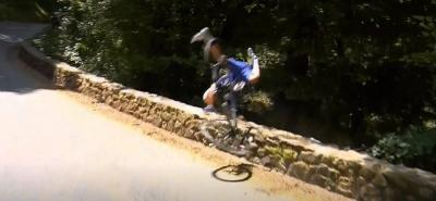 Vea la impresionante caída de un ciclista al abismo en el Tour de Francia