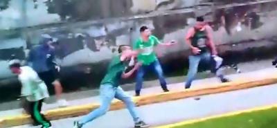 Video: Hinchas del Alianza Petrolera se enfrentaron a los de Nacional en Medellín