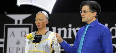 La Universidad Pontificia Bolivariana, seccional Medellín, realizó un concurso para que los estudiantes de Diseño de Vestuario crearan la pieza que usaría la humanoide en el evento. Juan Carlos López y Valeria Peláez fueron los ganadores.