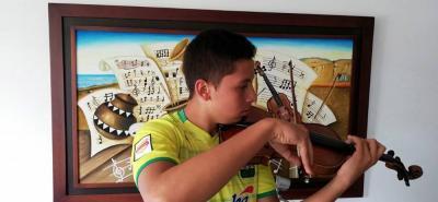 El hincha que anima al Atlético a Bucaramanga al ritmo de cumbias y violín