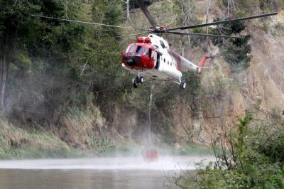 Desde el aire apagan gigantesco incendio forestal en Santander