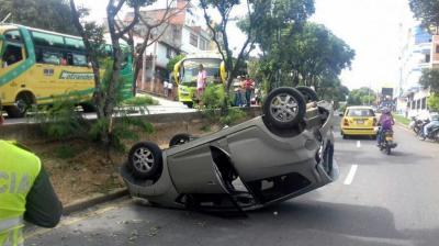 Carro se volcó tras 'intentar esquivar un perro' en Bucaramanga