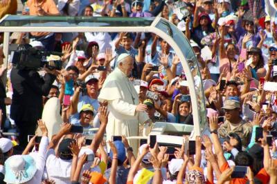 El papa llega a la ciudad de Trujillo en su segundo día de gira apostólica a Perú