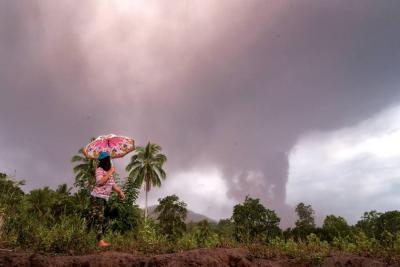 Entra en erupción el volcán indonesio Anak Krakatau
