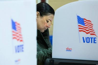 Estadounidenses acuden a votar en las elecciones legislativas.