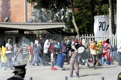 En imágenes: Así se enfrentaron estudiantes y la Fuerza Pública en la UIS