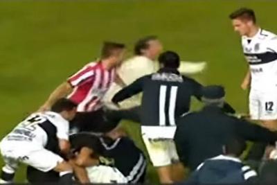 Clásico platense argentino terminó en batalla campal