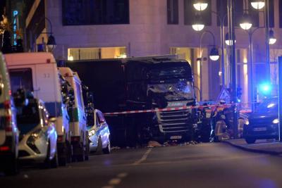 Al menos 9 muertos y 50 heridos por camión que embistió mercado de Navidad en Berlín