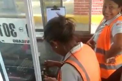 Camioneros del país pagan con monedas los peajes para protestar