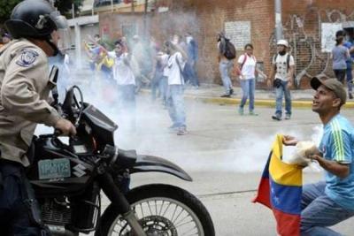 Policía en Venezuela dispersa las manifestaciones con 'lluvia de gases'