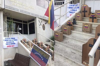 Con 'lápidas' amaneció el Consulado de Venezuela en Bucaramanga