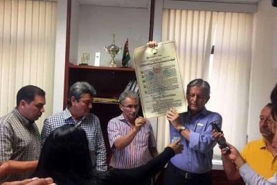 Leonidas Gómez devolvió su condecoración en la Asamblea de Santander