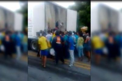 Saquean camión de pollos que se accidentó