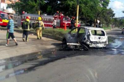 Taxi y moto se incendiaron tras accidente en la vía Chimitá