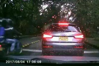 En video quedó registrado atraco al conductor de una camioneta Audi