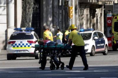 13 muertos deja atentado terrorista en Barcelona: Vehículo embistió a una multitud