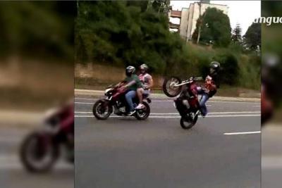 No paran las peligrosas maniobras de motos en Bucaramanga