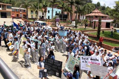 Estudiantes protestaron por la pésima infraestructura de su colegio en Santander
