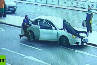 Video registró el momento en el que un conductor arrastró a un Policía durante dos kilómetros