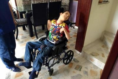 Madre reclama a EPS silla de ruedas para su hijo en Bucaramanga