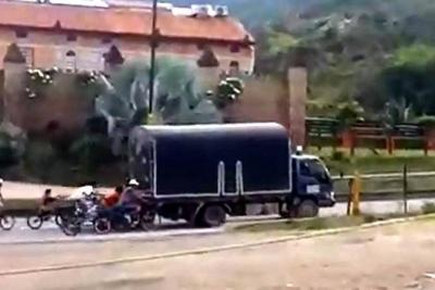 Denuncian peligrosas maniobras de jóvenes en bicicleta en Girón