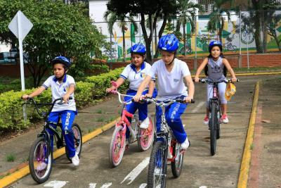 Con cascos buscan salvar vidas de ciclistas y motociclistas en Bucaramanga