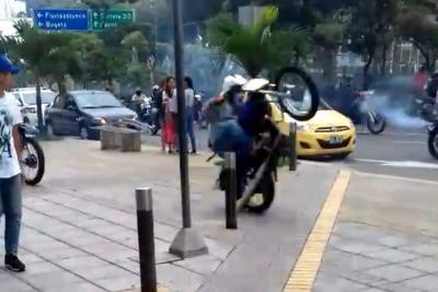 Nadie controla a motociclistas disfrazados y sus maniobras peligrosas en Bucaramanga