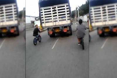 Estos ciclistas ponen en riesgo sus vidas en Bucaramanga