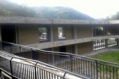 Hace un año debió entregarse terminado este colegio en Santander