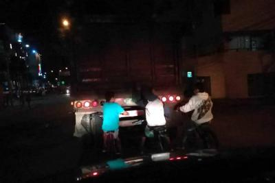 Jóvenes en bicicletas realizan maniobras peligrosas en Bucaramanga