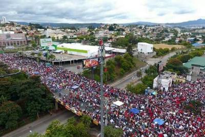 Miles de personas protestan contra un supuesto fraude electoral en Honduras