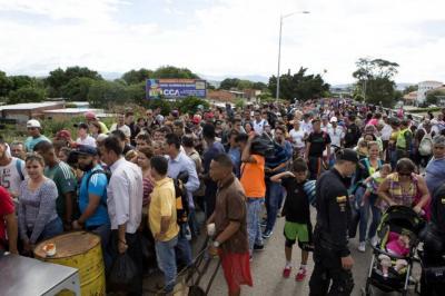Flujo de venezolanos en frontera con Colombia aumenta en temporada decembrina
