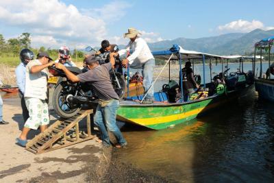 Viajeros esquivan derrumbe con lanchas para viajar entre Bucaramanga y Barrancabermeja
