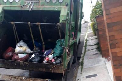 Camión quedó 'enterrado' por inestabilidad de calle en Cañaveral