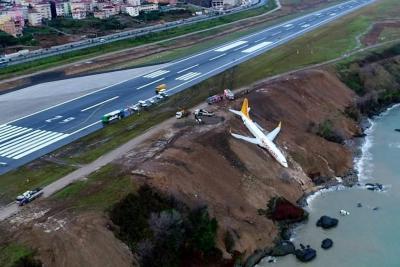 Un avión turco con 162 pasajeros cayó por un acantilado al aterrizar