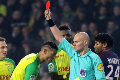 Árbitro que pateó a un jugador en la Liga francesa fue suspendido