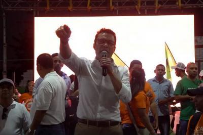 Con huevos, piedras y botellas sabotearon discurso de Carlos Caicedo