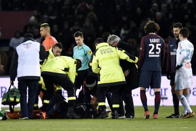 Neymar fue retirado en camilla en el clásico francés tras torcerse el tobillo
