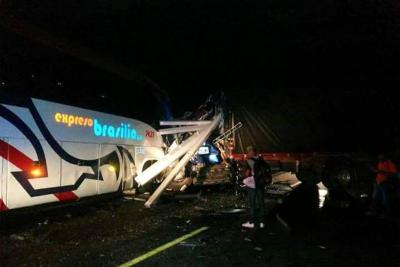 Un muerto y dos heridos tras choque entre un bus y un camión en Santander