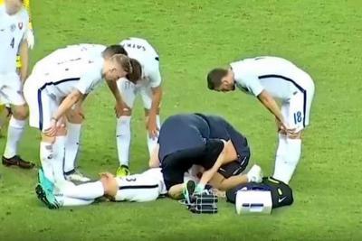 Así le salvaron la vida a jugador en pleno partido amistoso entre Eslovaquia y Tailandia