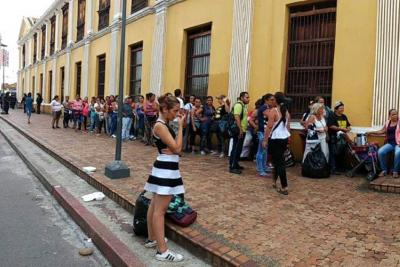 Peleas y descontento en jornada de reubicación de vendedores ambulantes de Bucaramanga