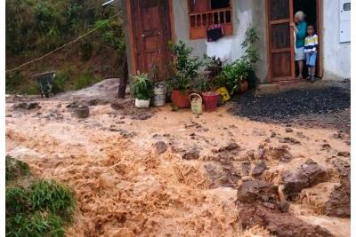 Esta calle de Barichara, Santander, se vuelve un 'río' cuando llueve