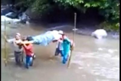Así es la travesía para evacuar enfermos en una vereda de Santander