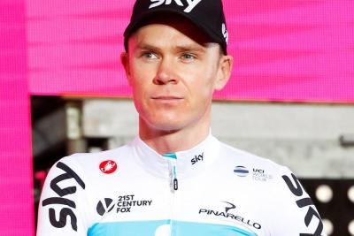 Con una caída inició mal el Giro de Italia para Chris Froome