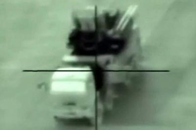 El momento en que un cazabombardero israelí destruye una batería antiaérea en Siria