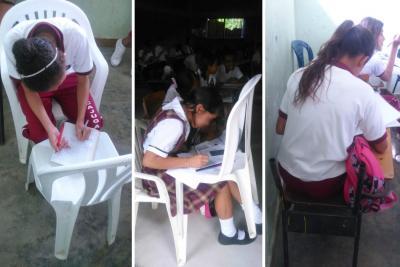 Ante daños en pupitres, estudiantes en Santander reciben clases de pie y en sillas plásticas
